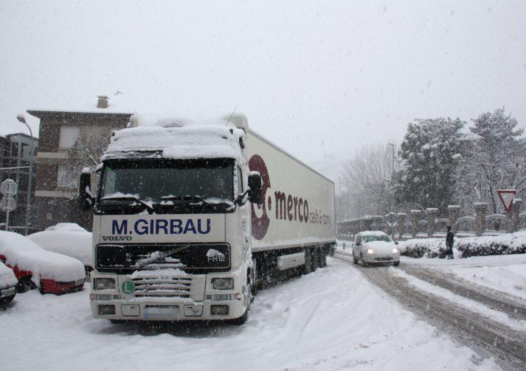 S'eleven a 23 les carreteres afectades per la neu i el gel, principalment a les comarques de Lleida