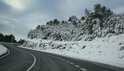 Nou carreteres afectades per la neu i el gel al Pirineu