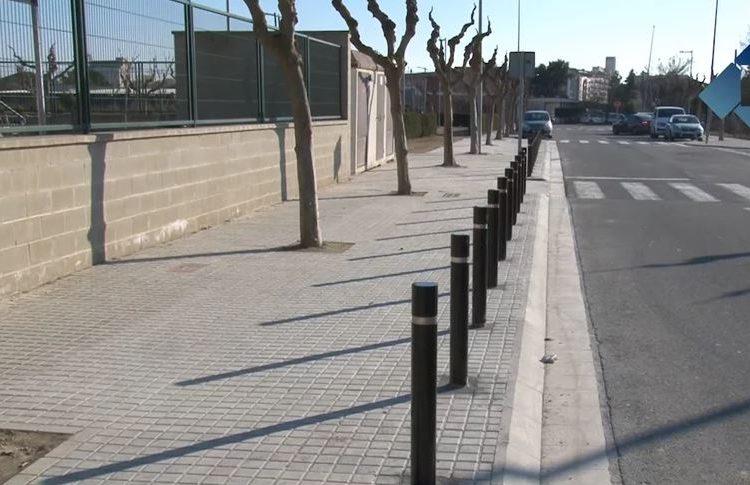 L'ajuntament de Balaguer instal·la pilones de protecció a la vorera de l'escola Mont-roig