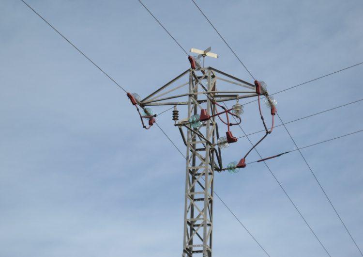 S'instal•len proteccions per a l'avifauna a cinc línies elèctriques de mitjana tensió de la Noguera