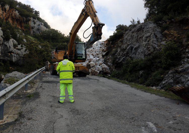 La carretera de Vilanova de Meià on ha caigut una roca de grans dimensions no es podrà obrir fins dissabte