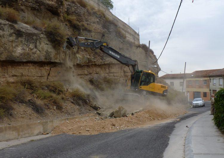 S'elimina una roca de grans dimensions per evitar despreniments