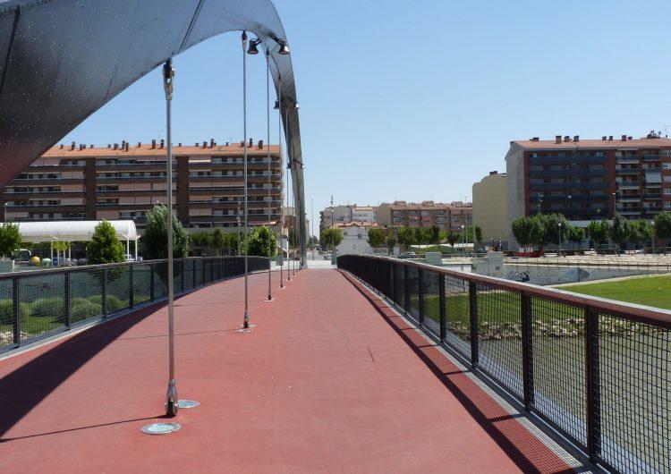 Es repara el paviment de la nova passarel·la sobre el riu Segre