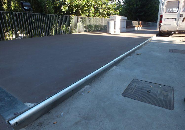 S'instal·len proteccions a la vorera de l'avinguda Pere III per minimitzar les punxades de roda de vehicles