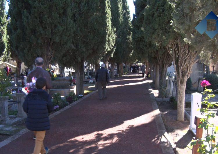 Gran afluència de visitants als cementiris de Balaguer coincidint amb el dia de Tots Sants