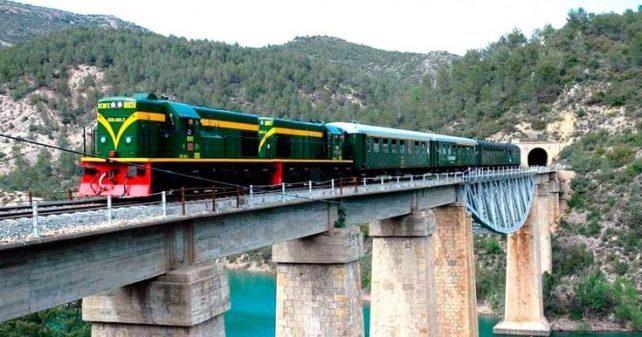 El Tren dels Llacs Panoràmic ofereix aquest estiu sis circulacions per gaudir del trajecte entre Lleida i la Pobla
