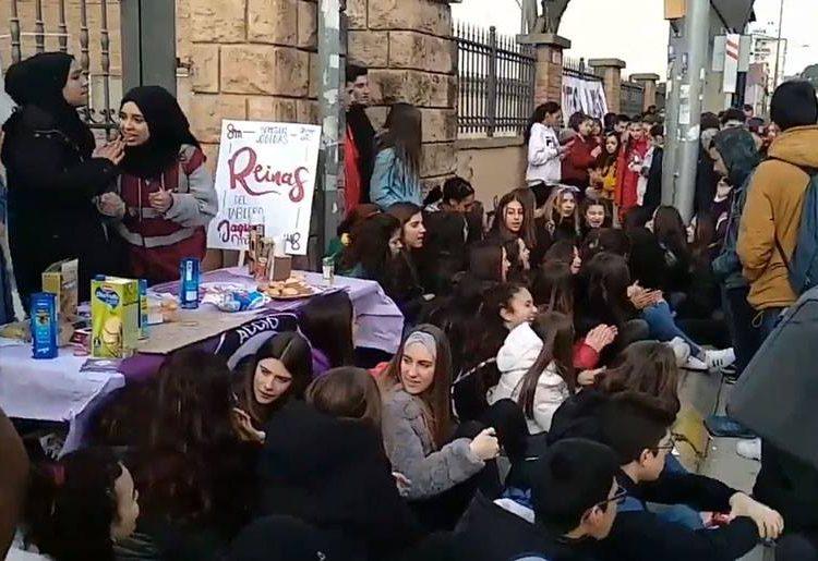 Concentració davant l'Institut Ciutat de Balaguer en motiu de la vaga feminista