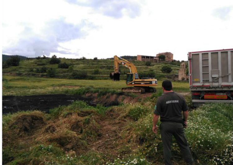Descobert un dipòsit irregular de fangs de depuradora que vessava per escorrentia cap a un torrent a Vilanova de l'Aguda