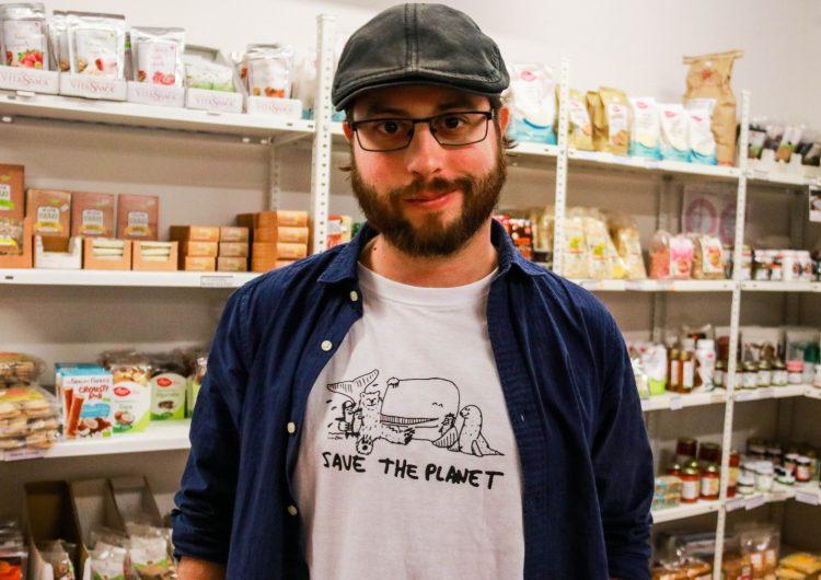 Joan Blau presenta el videoclip 'Menjar plàstic' rodat a Balaguer