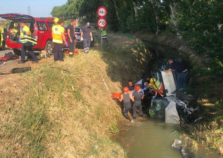 Un home de 75 anys ferit greu després de caure amb el cotxe al canal de Balaguer