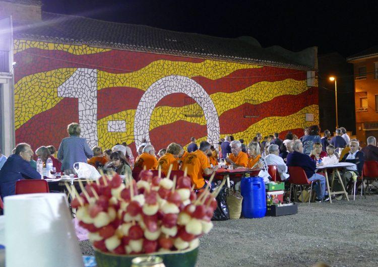 Bellcaire d'Urgell estrena el mural de l'1-O amb el sopar de colles a la plaça 1 d'Octubre