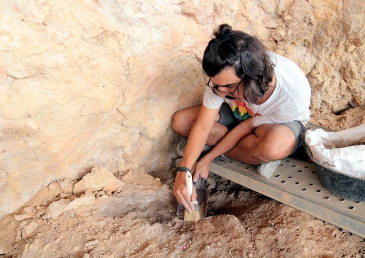 La campanya d'excavacions a la Roca dels Bous permet documentar cinc noves fogueres, estris i restes d'animals