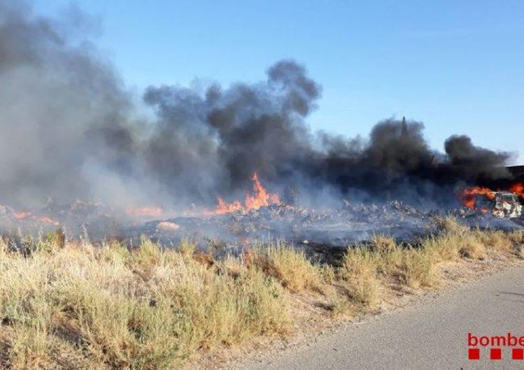 Crema un vehicle i la vegetació d'un solar a Menàrguens