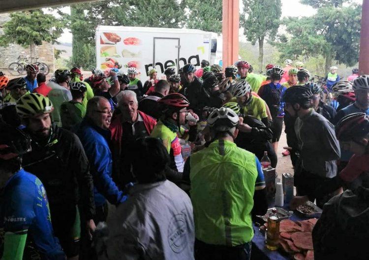 Més de 350 ciclistes desafien la pluja en la 22a edició dels Ermitanyos