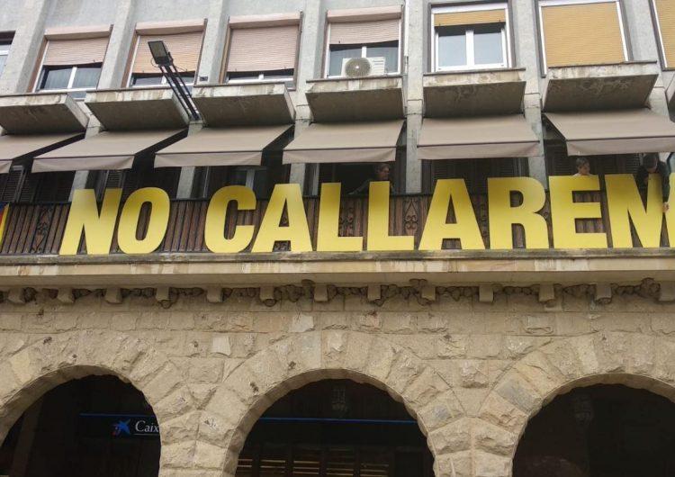 """El Col·lectiu Llibertat torna a penjar el cartell """"No callarem"""""""