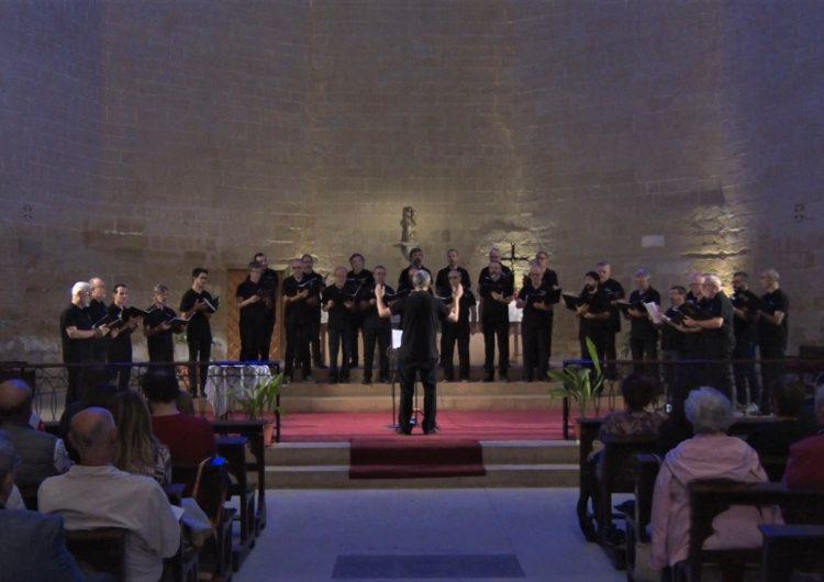 El cor Lupulus Emsembla omple de solidaritat l'església de Santa Maria