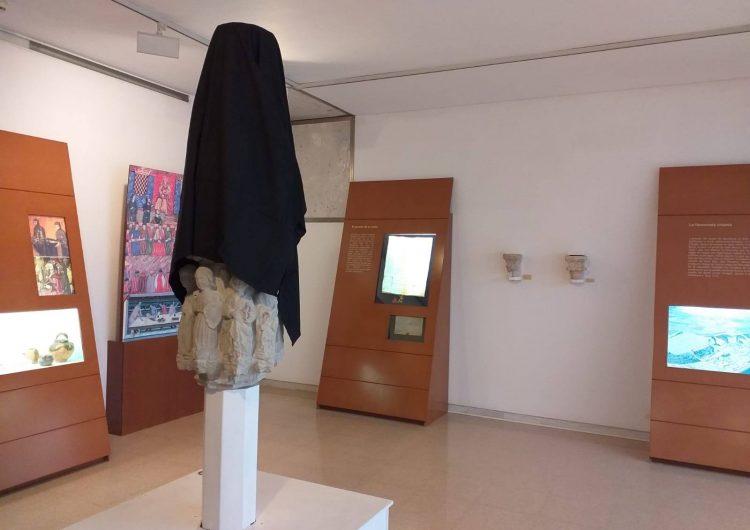 El Museu de la Noguera tapa amb un vel negre la creu de terme gòtica en protesta per la sentència del Suprem