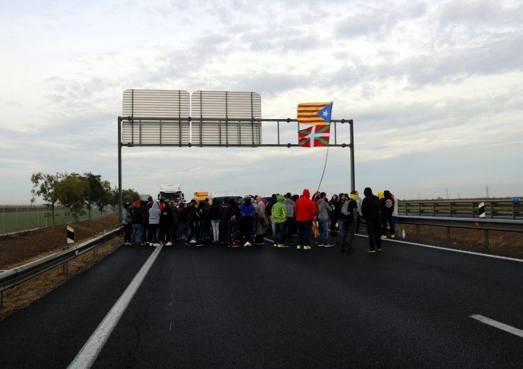 Tallades l'AP-7 a la Jonquera, l'AP-2 i l'A2 a Lleida, la C-25 a Santa Coloma de Farners i la C-16 a Bagà per la vaga general