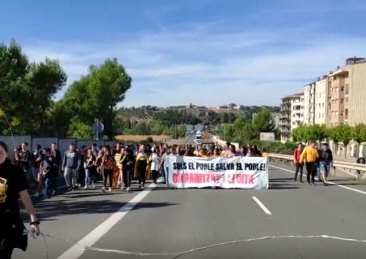 Els estudiants de Balaguer tallen la c-26 en protesta per la sentència del procés