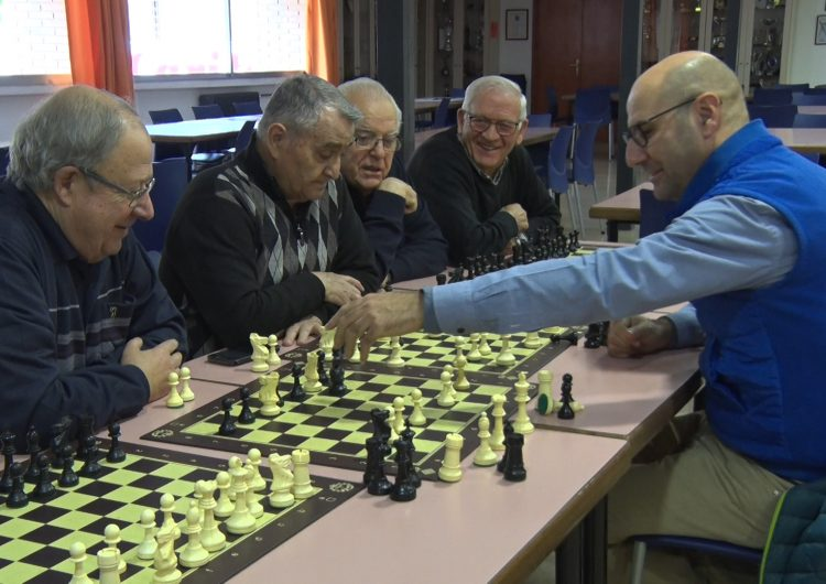 Josep Oms apropa els escacs al Casal de la Gent Gran de Balaguer