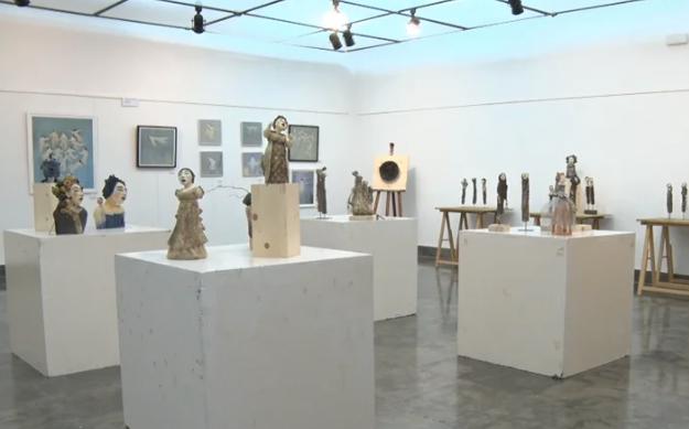 Exposició d'escultures i il·lustracions a la sala de mostres de l'Ajuntament
