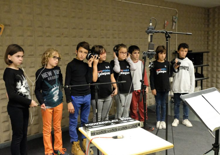 El alumnes de l'Escola Municipal de Música finalitzen l'enregistrament de la peça 'Som Música'