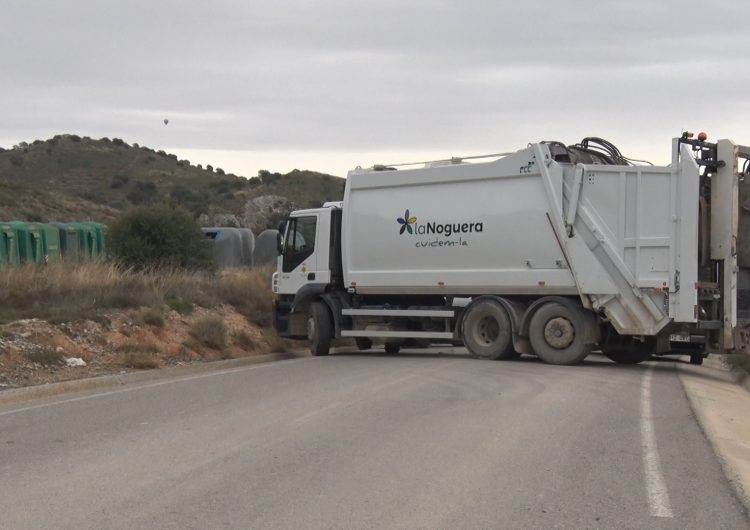 El treballadors del servei de recollida d'escombraries comencen una vaga indefinida