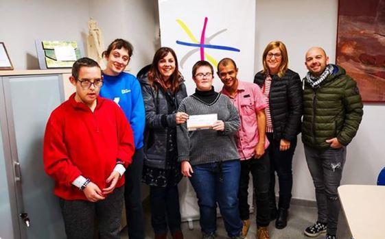 Kroma Espectacles i Postureig de Lleida entreguen 750 euros a l'Associació l'Estel