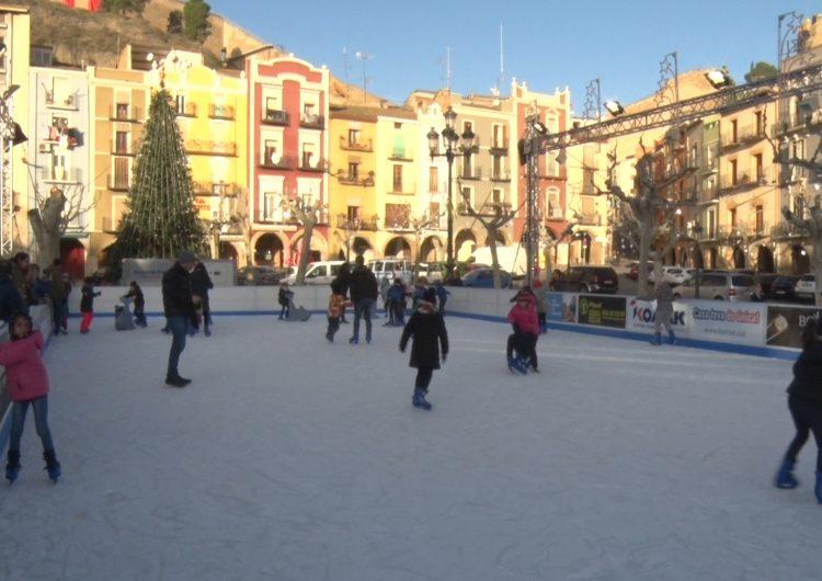 Els escolars visiten la pista de gel de Balaguer