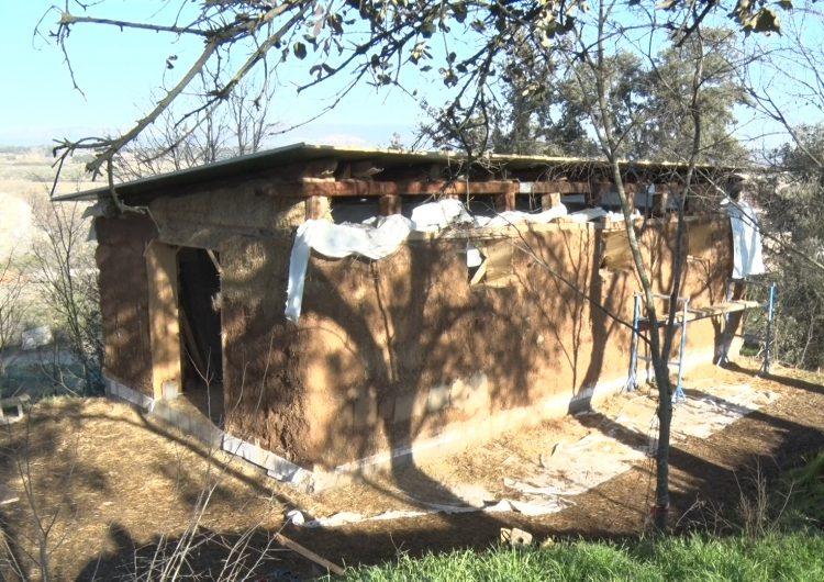 El refugi de l'escola bosc El Saüc agafa forma