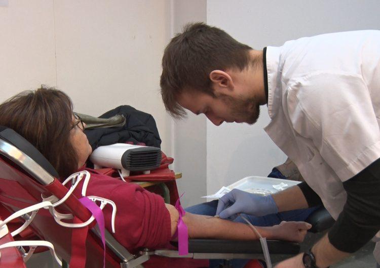 Els bancs de sang fan crida a donar per reduir les baixes existències