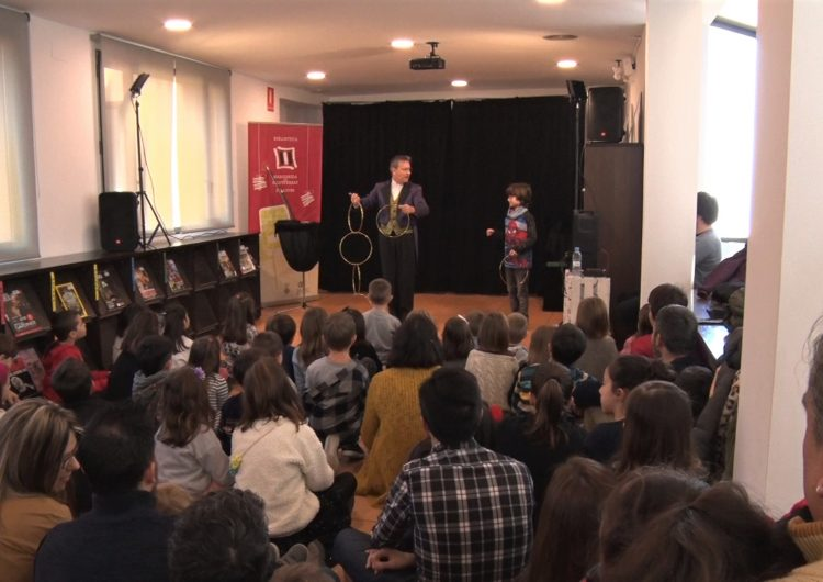 La Biblioteca Margarida de Montferrat s'omple de màgia a la segona sessió de l'Emboirats