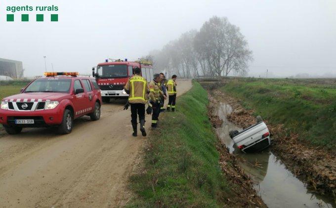 Un vehicle es precipita a un canal de reg de Vallfogona de Balaguer al fugir dels Agents Rurals