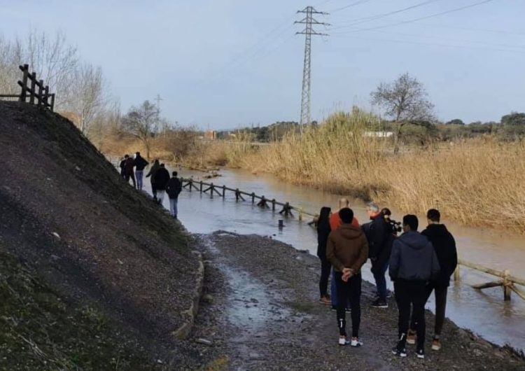 Joves migrants sols col·laboren en la recuperació dels espais malmesos pel temporal Glòria a Montgai