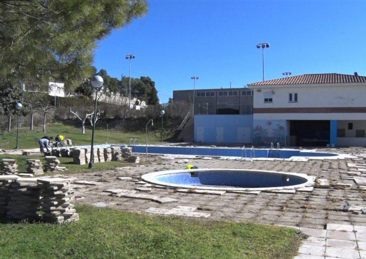 Bellmunt arranja el paviment exterior de les piscines municipals