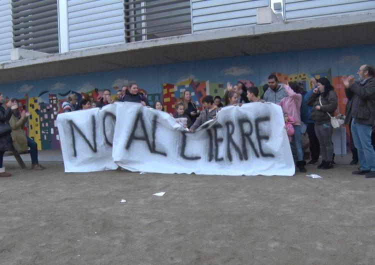 Continuen les protestes pel tancament de l'escola Àngel Guimerà