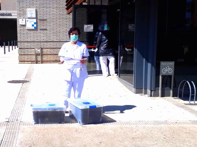 Càritas lliura 200 bates al CAP de Balaguer fetes a mà pels voluntaris de l'entitat
