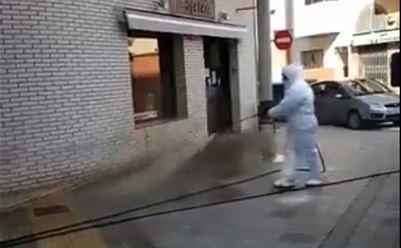 La Paeria de Balaguer desinfecta l'exterior d'establiments d'alimentació i farmàcies