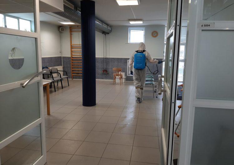Una empresa especialitzada desinfecta l'interior de la residència Comtes d'Urgell