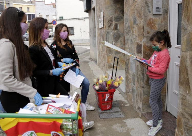 Els infants de Térmens reben llibres i roses a domicili per celebrar Sant Jordi