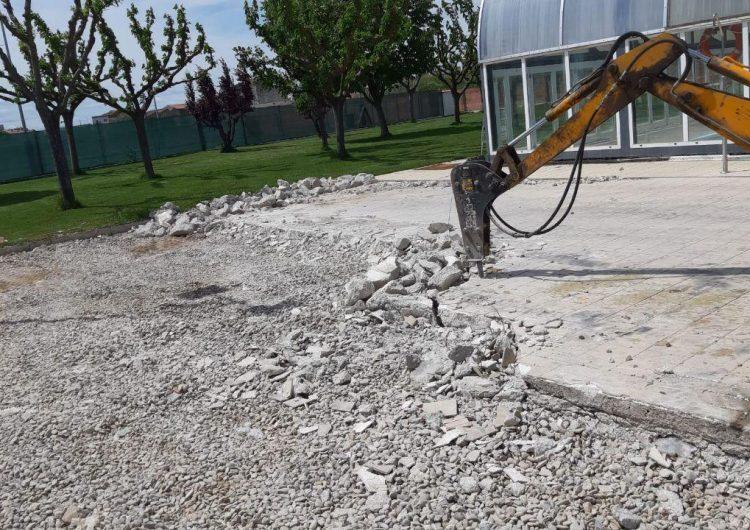 La Paeria de Balaguer inicia les obres d'ampliació de la zona de gespa a la piscina del poliesportiu