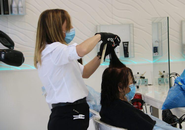 Les perruqueries obren de forma desigual malgrat l'allau de clientes i amb molts dubtes sobre els protocols