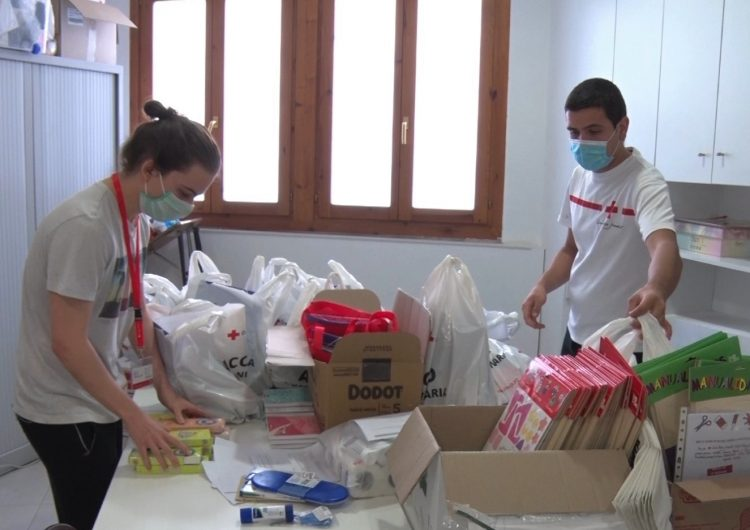 Creu Roja la Noguera reparteix lots de material pedagògic durant aquest període