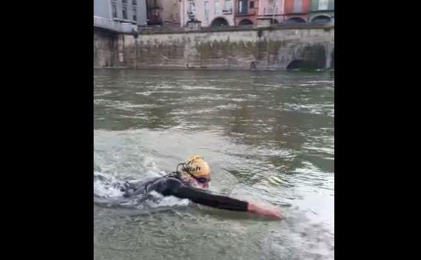 Un nedador al riu Segre crida l'atenció el primer cap de setmana d'esport després del confinament