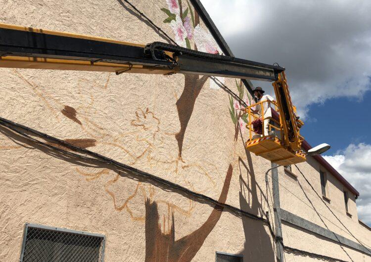 Tres artistes lleidatans pinten a Os de Balaguer un mural de gran format que incorpora escultura i la cera d'abella com a base de la pintura