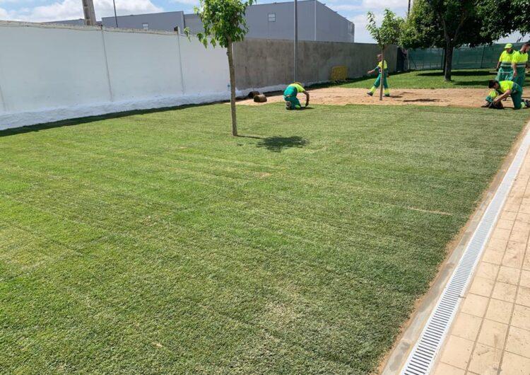Fase final dels treballs d'ampliació de la zona de gespa de la piscina del Poliesportiu de Balaguer