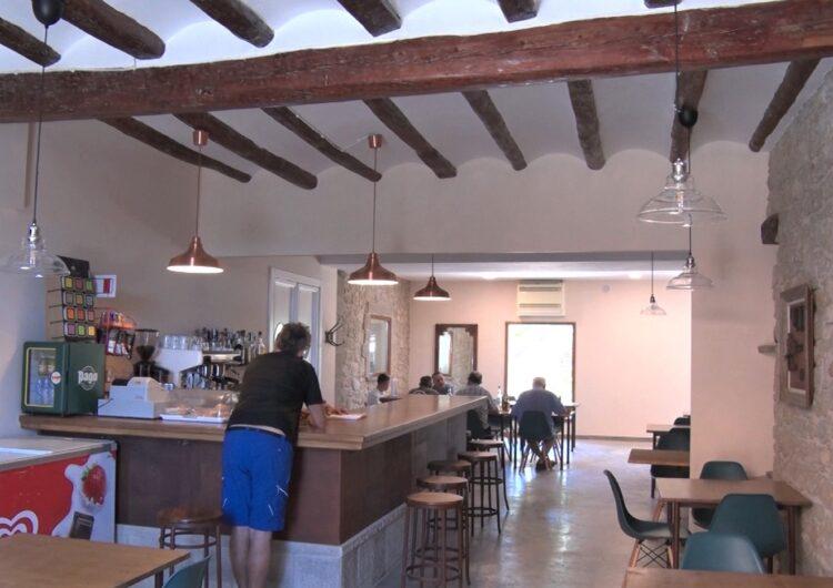 L'antic café de Cal Fuster de Butsènit torna a obrir després de dècades tancat