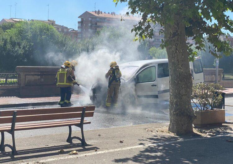 Crema una furgoneta al carrer del Portalet