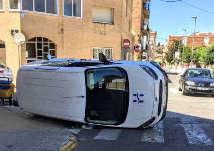Bolca una furgoneta al carrer Almatà de Balaguer