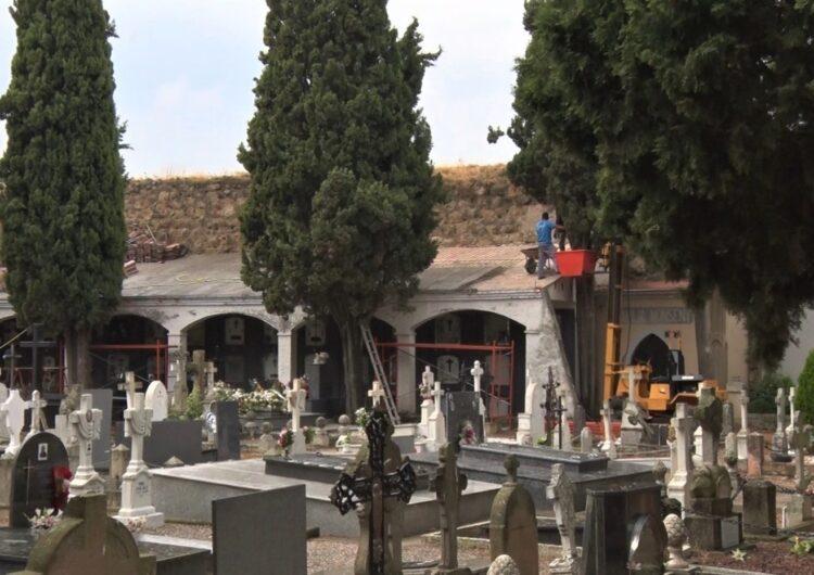 Comencen les tasques de reparació de les cobertes dels nínxols al cementiri de Santa Maria